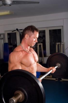 biceps s velkou činkou