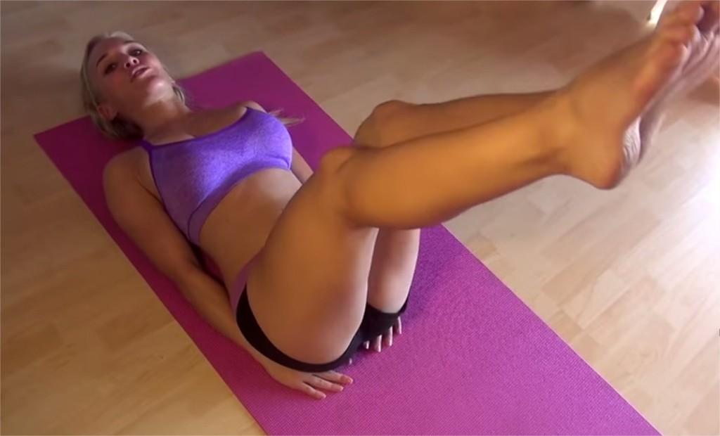 zdvihanie nôh cvik na brucho