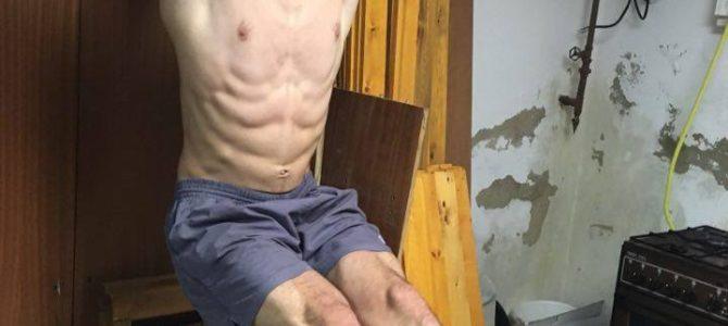 Zdvíhanie nôh vo vise učinný spôsob ako cvičiť brucho na hrazde